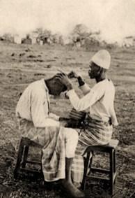 sw Postkarte: Afrikanischer Friseur bei der Arbeit im Freien - 1906, Madagaskar