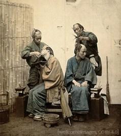 kolorierte Postkarte: ein Kunde wird rasiert und ein anderer frisiert - 1850, Japan