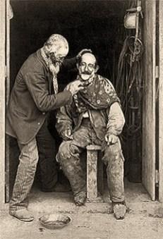 sw Foto: Mann auf Schemel beim Dorfbarbier - 1890, Argentinien