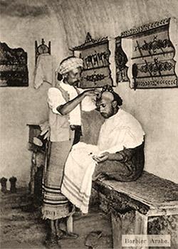 sw Postkarte: Kopfrasur eines in Friseurstube sitzenden Mannes