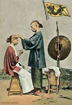 kolorierte Postkarte: Chinesischer Wanderfriseur bei der Arbeit - 1900