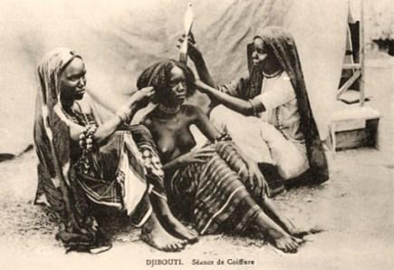 sw Postkarte: zwei am Boden sitzende Frauen frisieren eine dritte