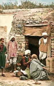 kolorierte Postkarte: Mann lässt sich den Kopf rasieren, während andere zusehen - 1930, Marokko
