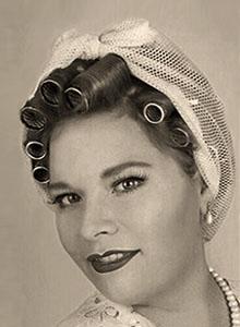 sw Foto: feine Dame mit Haarnetz