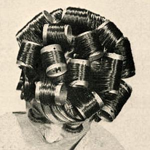 sw Foto: Frau mit Volumenwicklern im Haar - 1970