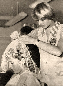 sw Foto: Friseurin legt Kundin Haarnetz über Lockenwickler - 1970