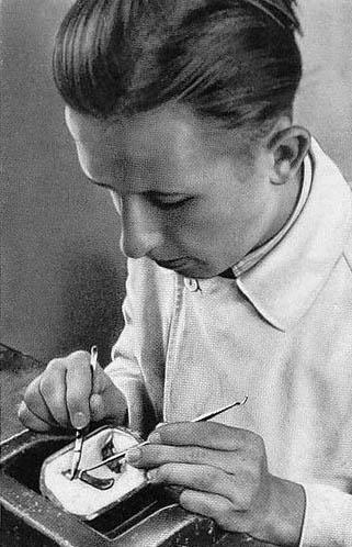 sw-Foto: junger Mann setzt Platte ein