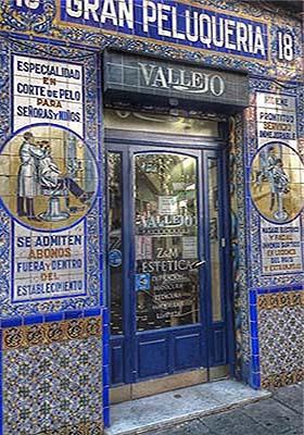 Farb-Postkarte: gekachelter Friseureingang mit Ornamenten und Bildern