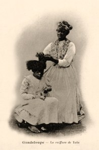 sw Postkarte: Frau frisiert ein Mädchen -1900