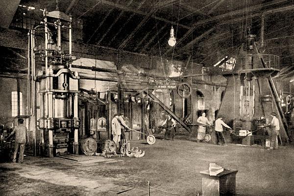sw Foto: mehrere Beschäftigte in Halle mit großen Fallhämmern - 1910, Wien