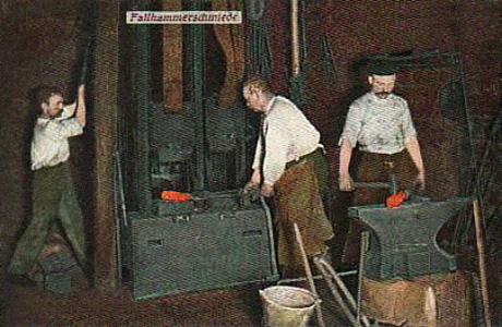 kolorierte Postkarte: zwei Schmiede arbeiten am Fallhammer und einer am Amboss - 1911