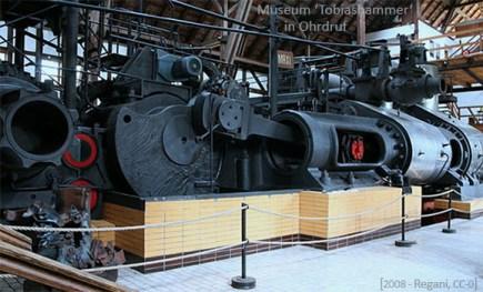Farbfoto: ausgestellter Dampfmaschinen-Antrieb