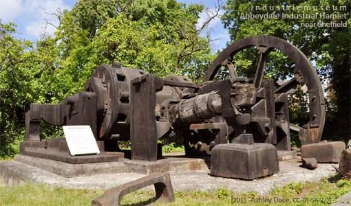 Farbfoto: großer Eisenhammer im Industriemuseumspark