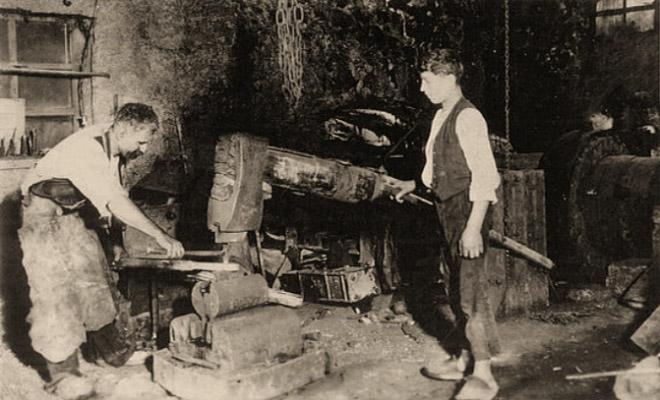 sw Foto: am Eisenhammer arbeitender Schmied und Gehilfe - 1890