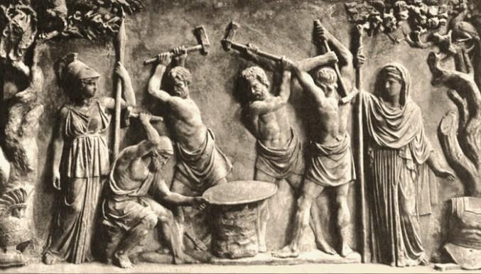 Relief: li. Athene, mittig arbeitende Schmiede, re. Göttin Hera