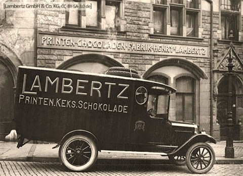 sw Foto: dunkles, kastenförmiges Lambertz-Werbeautomobil mit Speichrädern - 1920