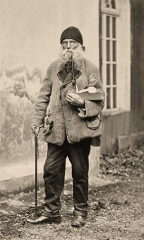 sw Foto: alter Schuhwixhändler, Langpfeife rauchend unterwegs in der Stadt - 1878