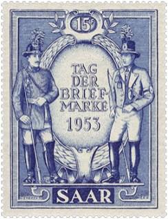 Briefmarke: zwei historisch gekleidete Postillione vor Ehrenkranz stehend