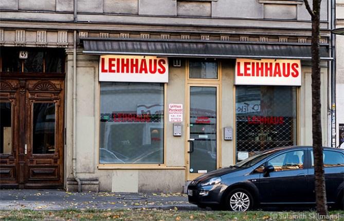 Farbfoto: Ladenfront eines Leihhauses - 2018, Berlin-Wedding