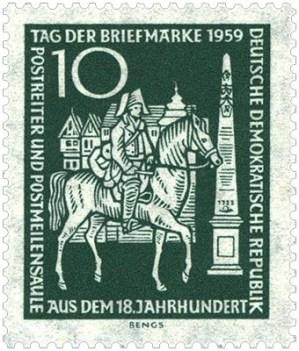 DDR-Briefmarke (1959): Bote trabt zu Pferd an Postsäule vorbei