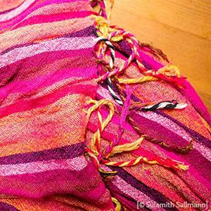 Farbfoto: rotgestreiftes Wolltuch