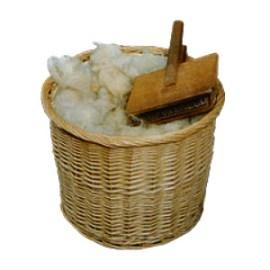Korb mit Schurwolle und aufliegenden Wollkarden