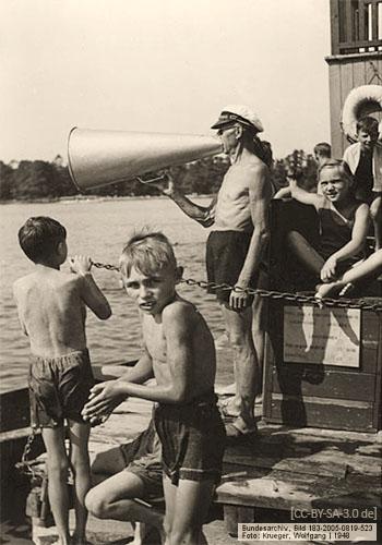 sw Foto: Bademeister mit Megaphon in Berliner Freibad - 1948