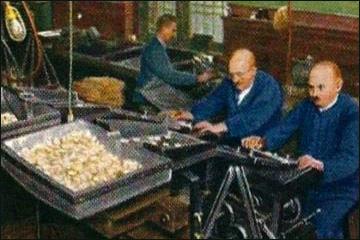 Sammelbild: Angestellte an Geldzählmaschine für Silbermünzen