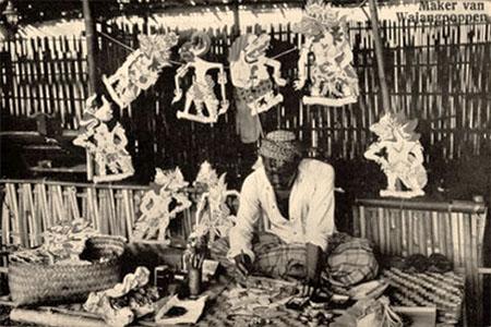 sw Foto: Mann fertigt Wajanpuppen für Schattentheater an - 1950, Java