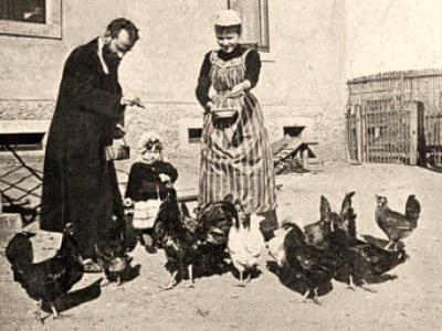 sw Foto: Kleinfamilie füttert Hühner auf dem Hof - 1885