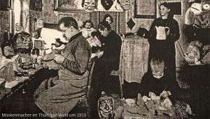 sw Foto: Anfertigung von Masken in familiärer Heimarbeit ~ 191o