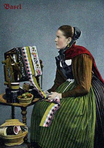 altkolorierte Fotokarte: 'Baseler Posamentiererin' ~1920
