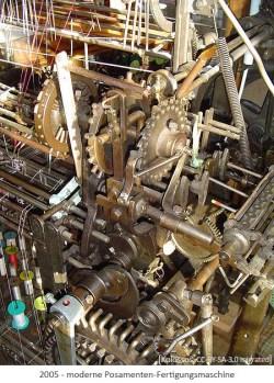 Farbfoto: Blick in eine moderne Posamenten-Fertigungsmaschine - 2005