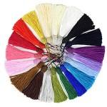 Farbfoto: zum Kreis gelegte verschiedenfarbige Quasten