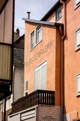 Foto: Haus mit erhaltener Schrift: Bürstenfabrik