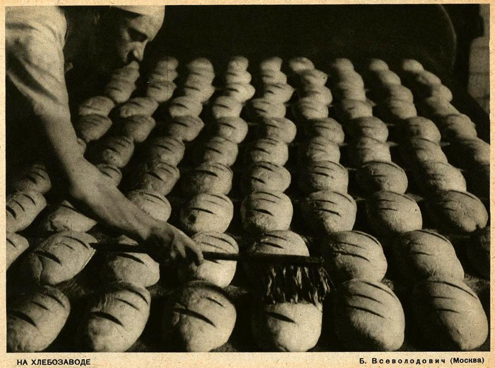 Foto: Bäcker bestreicht Brote