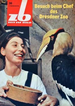 Zeitschriftencover: Tierwärterin mit Vogel