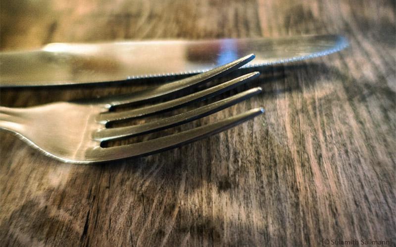 Farbfoto: Silbermesser und -gabel (Nahaufnahme)