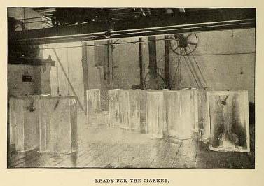 altes Foto: klare Eisblöcke stehen in einer Halle