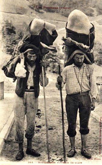 alte Postkarte: zwei Männer holen Eis aus den Bergen