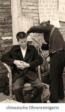 sw Fotopostkarte: chinesische Ohrenreinigerin arbeitet am Straßenrand