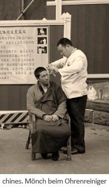 sw Fotopostkarte: buddistischer chinesischer Mönch läßt sich die Ohren reinigen