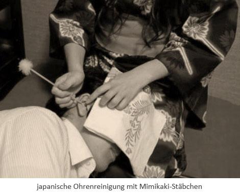 sw Fotopostkarte: Japanische Ohrenreinigung mit Mimikaki-Stäbchen