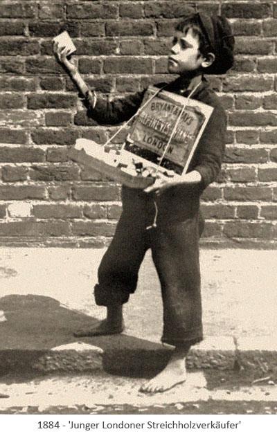 sw Foto: junger, barfüßiger Londoner Streichholzverkäufer mit Bauchladen