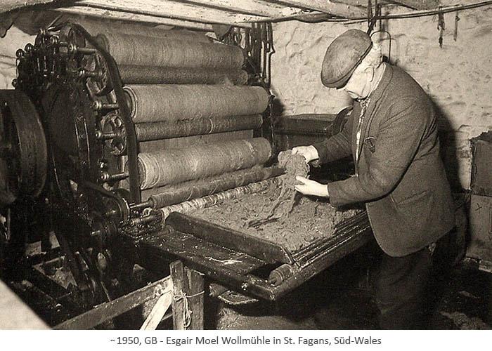 sw Fotopostkarte: Mann arbeitet an kl. Kardiermaschine einer Wollmühle ~1950, GB