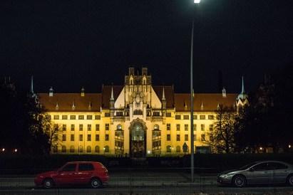 Foto: imposantes Gebäude bei Nacht angeleuchtet