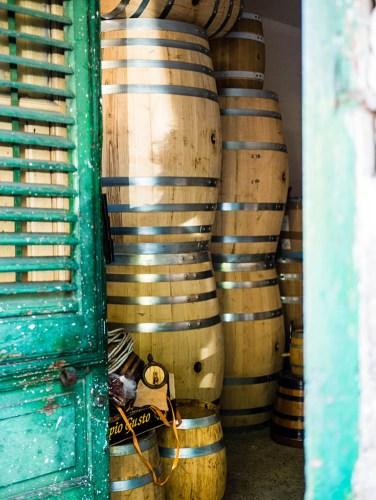 Foto: gestapelte Fässer aus Holz