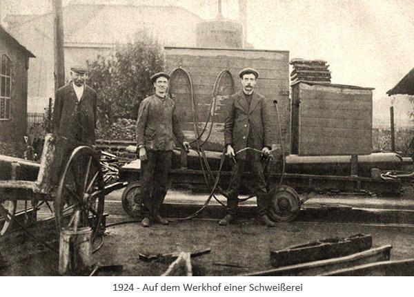 sw Postkarte: Arbeiter auf dem Werkhof einer Schweißerei - 1924