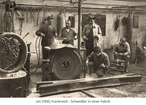 sw-Foto: mehrere in Fabrik arbeitende Schweißer ~1930, FR