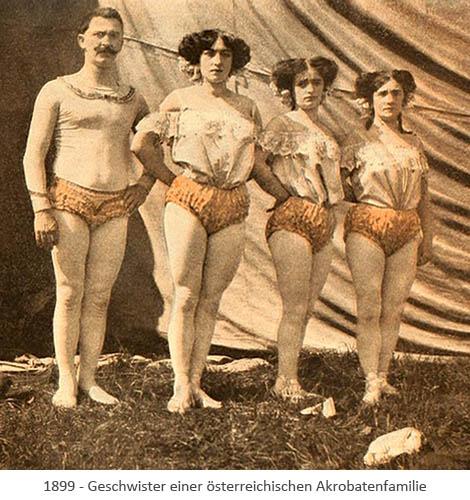 3 Frauen und 1 Mann in Kostümen